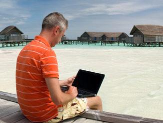Mann informiert sich über Krankenversicherungen im Internet