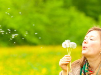 Frau mit Pollenallergie im Urlaub