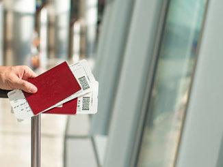Mann hält das Visum am Flughafen fest